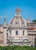 L'église du nom le plus saint de Mary au forum de Trajan, comme vu du monument de Vittorio Emanuele II à Rome, l'Italie image stock