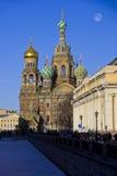 L'église du sauveur sur le sang renversé, St Petersburg, temple, ciel, le soleil, jour, hiver, lune, remblai de canal de Griboedo Image libre de droits