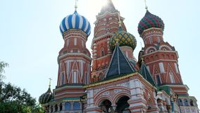 L'église en gros plan de la cathédrale de Basil de saint, décor des façades a coloré la vieille architecture de dômes L'UNESCO de banque de vidéos