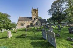 L'église et le cimetière anglais du 12ème siècle ont trouvé au R-U Photographie stock libre de droits