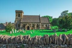 L'église et le cimetière anglais du 12ème siècle ont trouvé au R-U Photographie stock