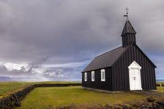 L'église noire célèbre de Budir en Islande image stock