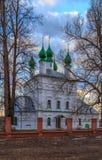 L'église orthodoxe est entourée par la chaux grande Photographie stock