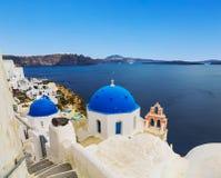L'église orthodoxe grecque sur les eaux de fond de la mer Égée dans la ville d'Oia sur l'île de Santorini Photographie stock