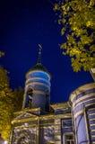 L'église orthodoxe pendant la nuit étoilée photo libre de droits