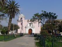 L'église paroissiale d'Ancon a localisé 40 kilomètres au nord de Lima Photo stock