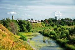 L'église sur le riverbank Images libres de droits