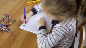 L'élève du cours préparatoire dessine des drapeaux clips vidéos