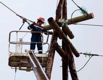 L'électricien connecte des fils sur la ligne électrique Photo libre de droits