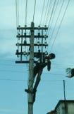 L'électricien répare un fil de la ligne électrique Photo libre de droits