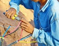L'électricien a travaillé peu sûr Image libre de droits