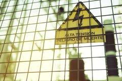 L'électricité à haute tension 3D Danger de la mort Signe avec le texte dans l'Espagnol Images libres de droits