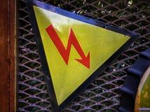 L'électricité à haute tension 3D Un avertissement de signe des dangers images libres de droits