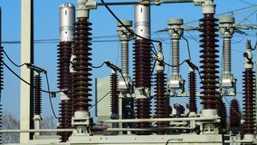 L'électricité à haute tension de conduites de transformateurs photos libres de droits