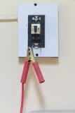 L'électricité de réparation et de rénovation commutent à la maison le concept en vérifiant le courant électrique et la ligne au s Photographie stock