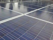 L'électricité des panneaux solaires reliés photo libre de droits