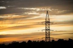 L'électricité sur le fond de lever de soleil Image stock
