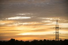 L'électricité sur le fond de lever de soleil Photo libre de droits