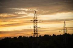 L'électricité sur le fond de lever de soleil Photographie stock libre de droits