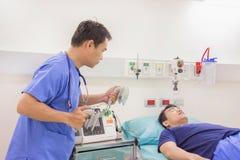 L'électrocardiogramme d'utilisation de docteur ou les ECG préparent le système de défibrillateur d'utilisation Photographie stock libre de droits