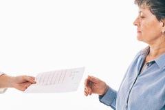 L'électrocardiogramme est remis au patient Photo libre de droits