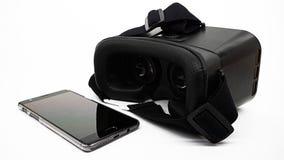 L'électronique de réalité virtuelle : un téléphone portable et casque de VR Images libres de droits