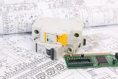 L'électronique et ingénierie Dessins imprimés des circuits électriques, du conseil électronique et du disjoncteur modulaire La Sc Images libres de droits