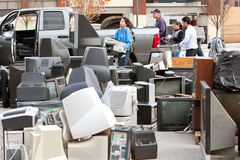 L'électronique jetée empilent au comté réutilisant l'événement Image stock