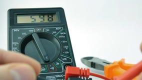L'électronique, multimètre, essai de signal banque de vidéos