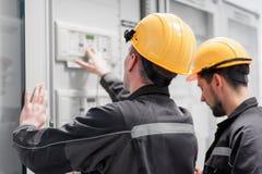 L'électronique ou inspection d'essai d'équipage de service après-vente électrique photographie stock libre de droits