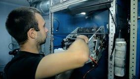 L'électronique propre de mi travailleur de tir avec l'air comprimé banque de vidéos