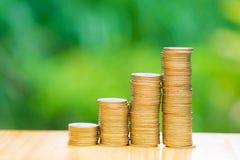 L'élevage invente des piles avec le fond vert de bokeh d'arbre financier Images stock
