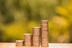 L'élevage invente des piles avec le fond vert de bokeh d'arbre financier Photo libre de droits