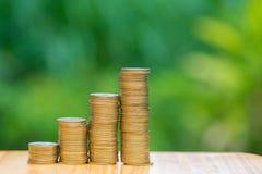 L'élevage invente des piles avec le fond vert de bokeh d'arbre financier Image libre de droits