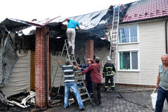 L'élimination d'un feu dans un buildin résidentiel rural privé Photo libre de droits