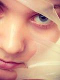 L'élimination de femme faciale épluchent le plan rapproché de masque Photo libre de droits