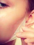 L'élimination de femme faciale épluchent le plan rapproché de masque Image stock