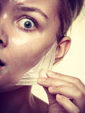 L'élimination de femme faciale épluchent le plan rapproché de masque Photographie stock
