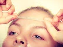 L'élimination de femme faciale épluchent le plan rapproché de masque Image libre de droits