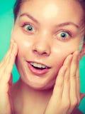 L'élimination de femme faciale épluchent le plan rapproché de masque Photos libres de droits
