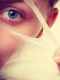 L'élimination de femme faciale épluchent le plan rapproché de masque Photos stock