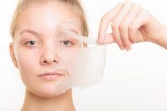 L'élimination de fille faciale épluchent le masque Images libres de droits