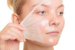 L'élimination de fille faciale épluchent le masque Images stock