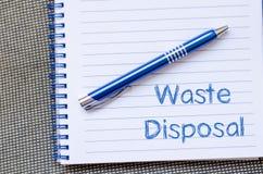 L'élimination des déchets écrivent sur le carnet Photos stock