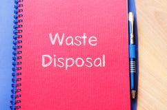 L'élimination des déchets écrivent sur le carnet Photo libre de droits