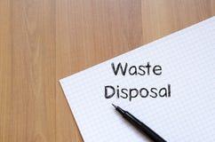 L'élimination des déchets écrivent sur le carnet Photo stock