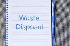 L'élimination des déchets écrivent sur le carnet Image stock