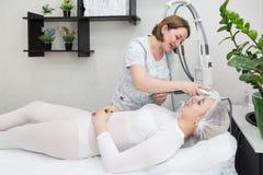 L'élimination ride sur le visage et le cou avec le massage Image stock