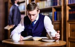 L'élite ou les aristocrates instruits dépensent des loisirs dans la bibliothèque Photo libre de droits