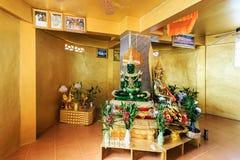 L'émeraude et golen des statues de Bouddha en Wat Koh Sirey Phuket, Thail Image stock